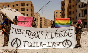 Des membres de l'IRPGF, apparemment à Raqqa en Syrie, arborant une bannière lisant, « ces tarlouzes tuent des fascistes »