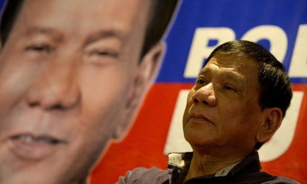 Le président philippin Rodrigo Duterte devant l'une de ses affiches de campagne. Photo : AFP / Noel Celis