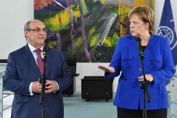 Angela Merkel avec le dirigeant de l'Organisation internationale des migrations, Antonio Vitorino, à Berlin, le 11 octobre 2018. John Macdougall/AFP