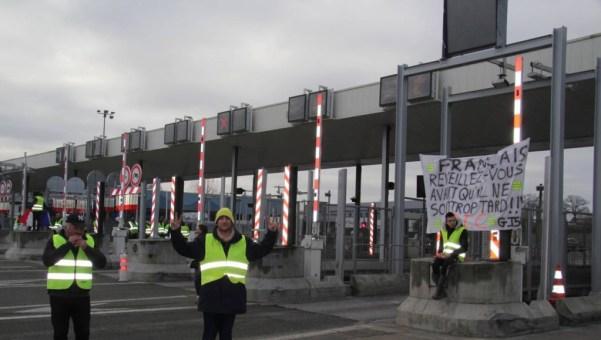 La Gravelle (Mayenne) : péage investi par les Gilets jaunes
