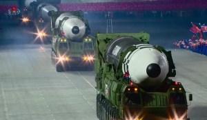 Un défilé militaire dans la pénombre