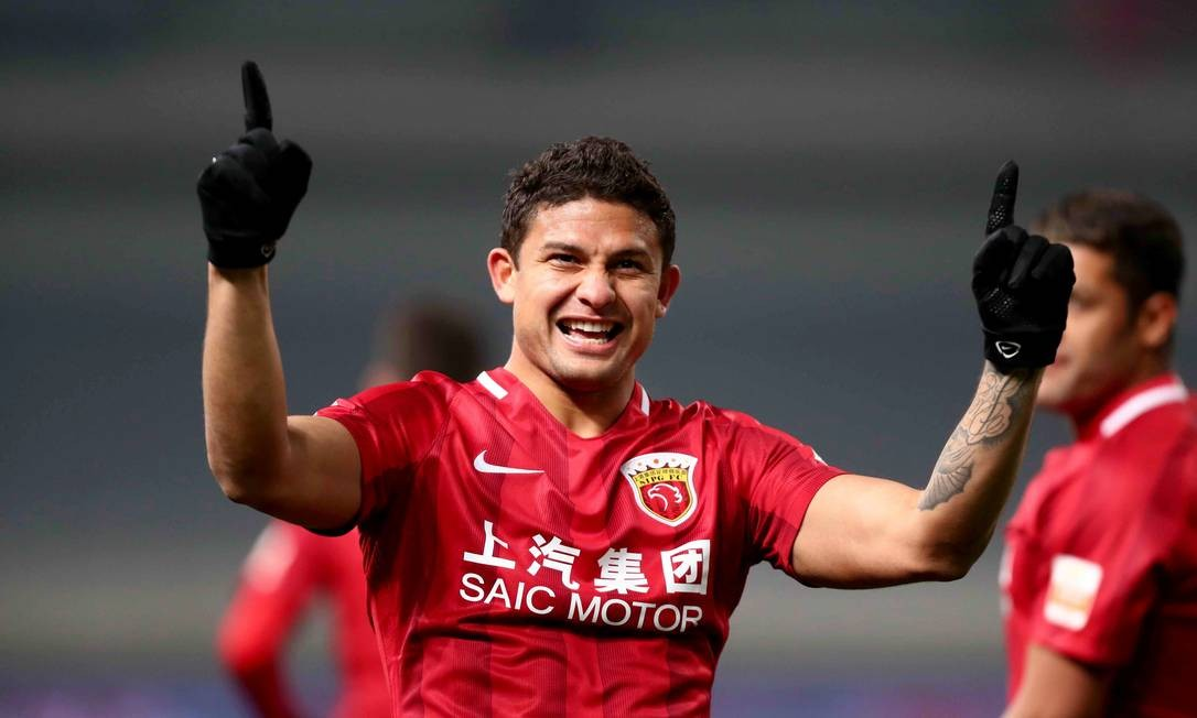 83975864_FILES-This-file-photo-taken-on-March-4-2017-shows-Shanghai-SIPGs-Brazilian-forward-Elk