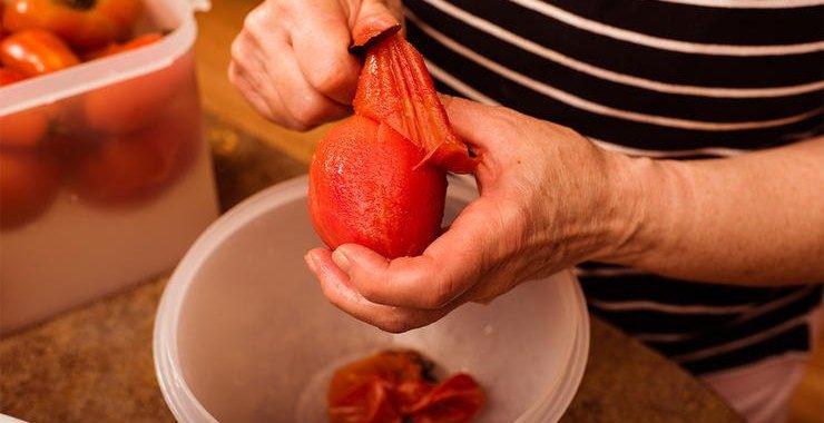 4 Langkah Cepat & Praktis Mengupas Tomat Merah