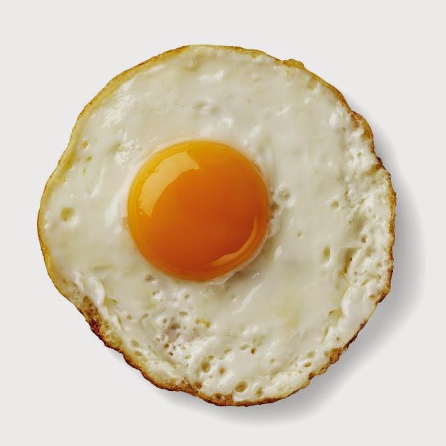 4 Langkah Goreng Telur dengan Kuning Meleleh dan Pinggiran
