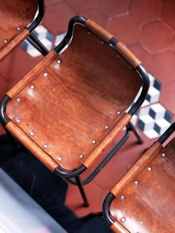 Dans la cuisine, chaises en cuir de Charlotte Perriand datant des années 50.