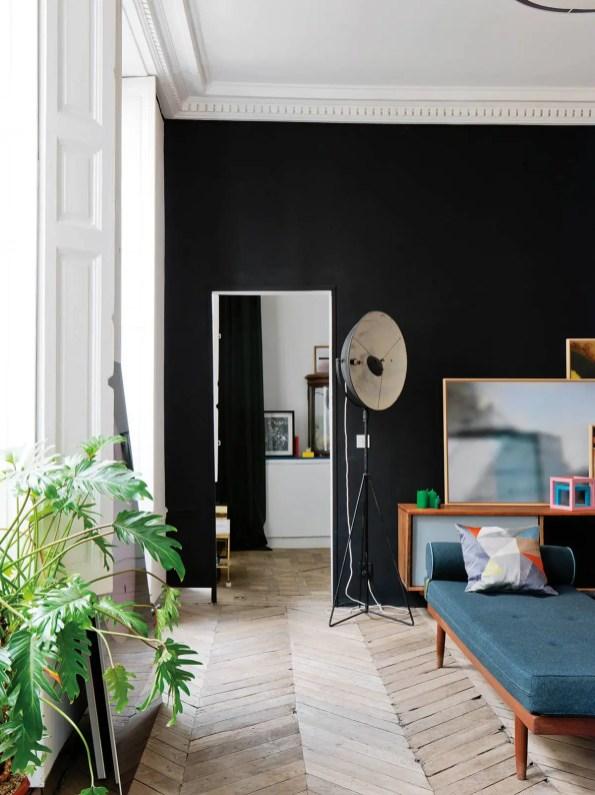 Dans le living-room, le lit de repos trouvé sur eBay est habillé d'un tissu Kvadrat ; à gauche d'un bahut scandinave vintage, le luminaire de cinéma sur pied des années 50 a été chiné à Bruxelles.