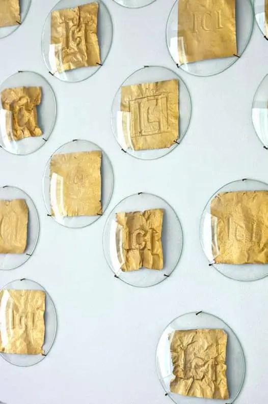 Les murs de la chambre d'amis sont couverts d'un travail de l'artiste belge Fabrice Samyn, réalisé avec des enveloppes en papiers dorés de Ferrero Rocher. Ci-dessus, Charles Kaisin dans le miroir.