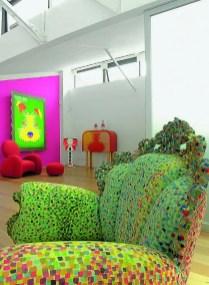 Accroché au mur fuchsia, le fameux « Dog » de la collection Light painting se taille la part du lion. A ses côtés, le fauteuil rouge tout en courbes et son ottoman « Tonda » dessinés pour Cappellini, est aussi une oeuvre d'Anna. Au premier plan, le fauteuil « Proust » d'Alessandro Mendini