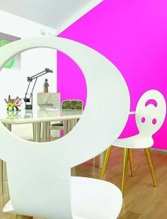 Son bureau personnel réunit des chaises qu'elle a imaginées pour Segni & Designi. Le contraste entre le blanc optique du mobilier et le rose fuchsia du mur crée une ambiance aussi lumineuse que joyeuse.