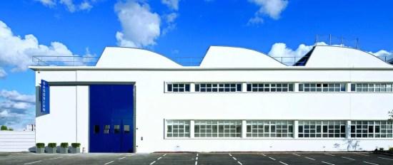 Le célèbre marchand d'art américain Larry Gagosian a inauguré fastueusement sa douzième galerie pendant la FIAC 2012, dans un ancien hangar d'Aéroports de Paris, au Bourget, réaménagé par Jean Nouvel.