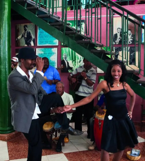 Buena Vista Social Club… A Cuba, la musique lascive et sensuelle résonne jusqu'au bout de la nuit. Ensorcelant, voire envoûtant.