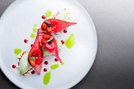 ®Pierre-Monetta-Cornet-craquant-de-fruits-des-bois,-glace-au-persil-sur-sa-compotée-de-fraise-des-bois----Buddha-Bar-Hotel-Paris-L1