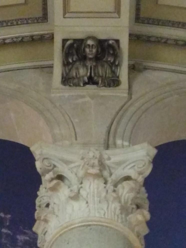 Capitell Corinti amb detall d'un àngel decoratiu