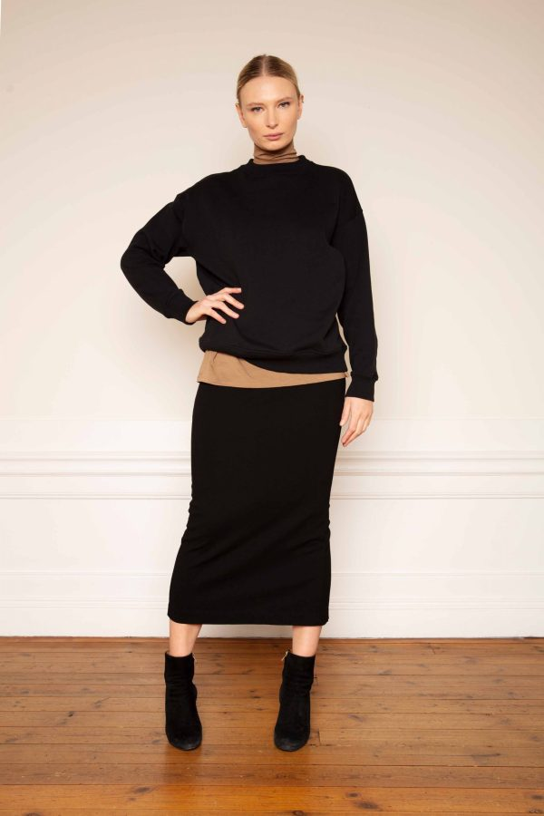 Ricon sweatshirt in black styled with Tomasine tencel turtleneck in color mole