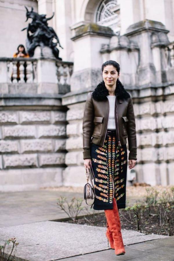 Una gonna a matita, stivali con i tacchi e una bella giacca