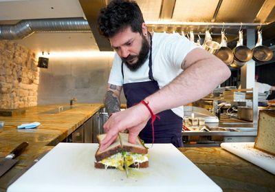 Généreux et ensoleillé : le sandwich Sofrito au mijoté de poulet et chou pickles de Dan Yosha