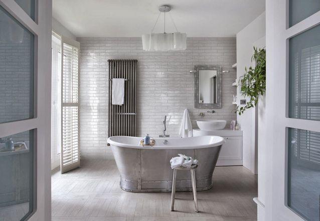 Placer la baignoire au centre de la pièce pour une salle de bains zen