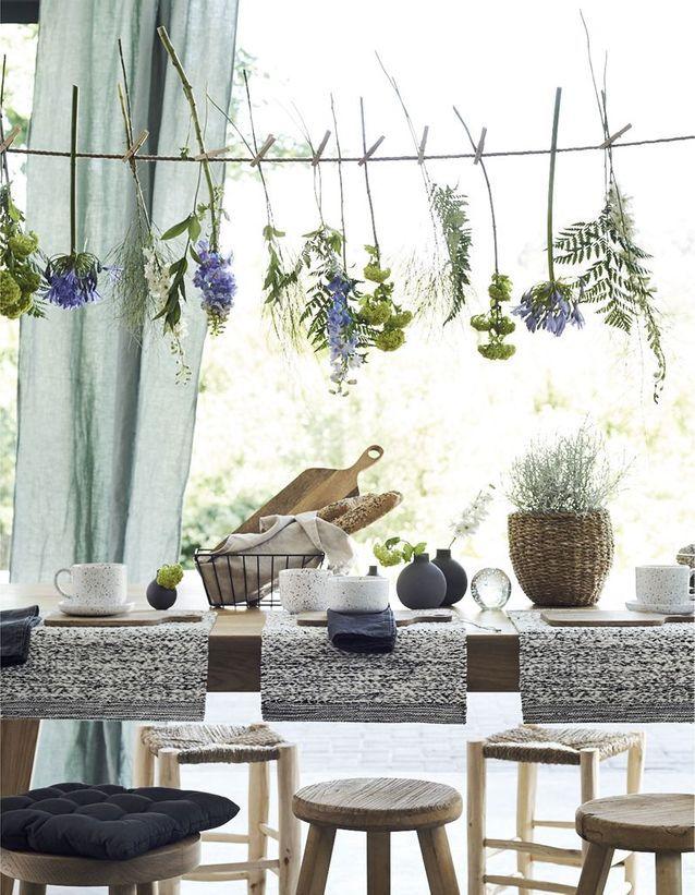 une decoration vegetale via une guirlande de fleurs fraiches