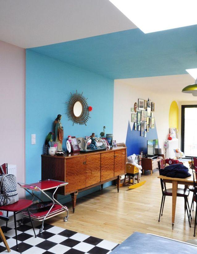 une bande bleue du sol au plafond pour