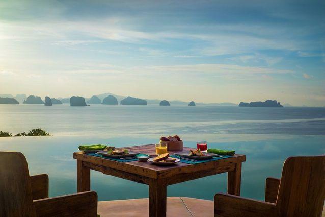 Petit déjeuner au lever du soleil dans une suite Hotel Hilltop Reserve, Six Senses Yao Noi, Thaïlande