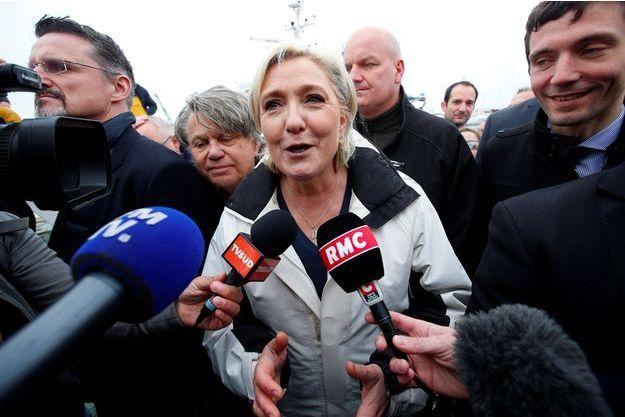 Marine Le Pen parle à la presse après sa visite à Le Grau-du-Roi.