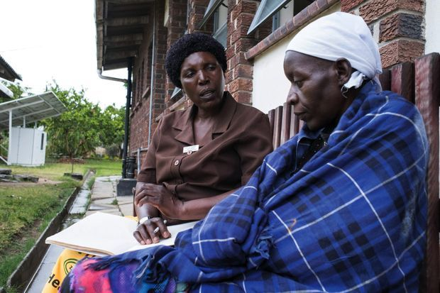 A Glen Norah, quartier désœuvré proche de la capitale, une patiente, Bernadette, écoute Juliet Marime, membre de l'association.