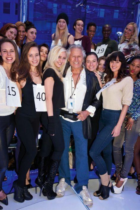 Avec des mannequins, juste avant un défilé de sa marque pour le Super Bowl 2014 à Times Square, Manhattan.