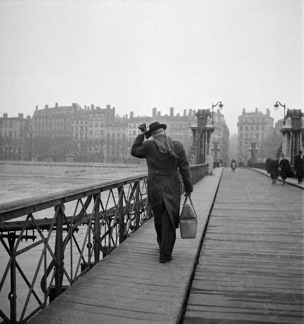 « Le docteur Locard quitte son laboratoire. » - Paris Match n°99, 10 février 1951