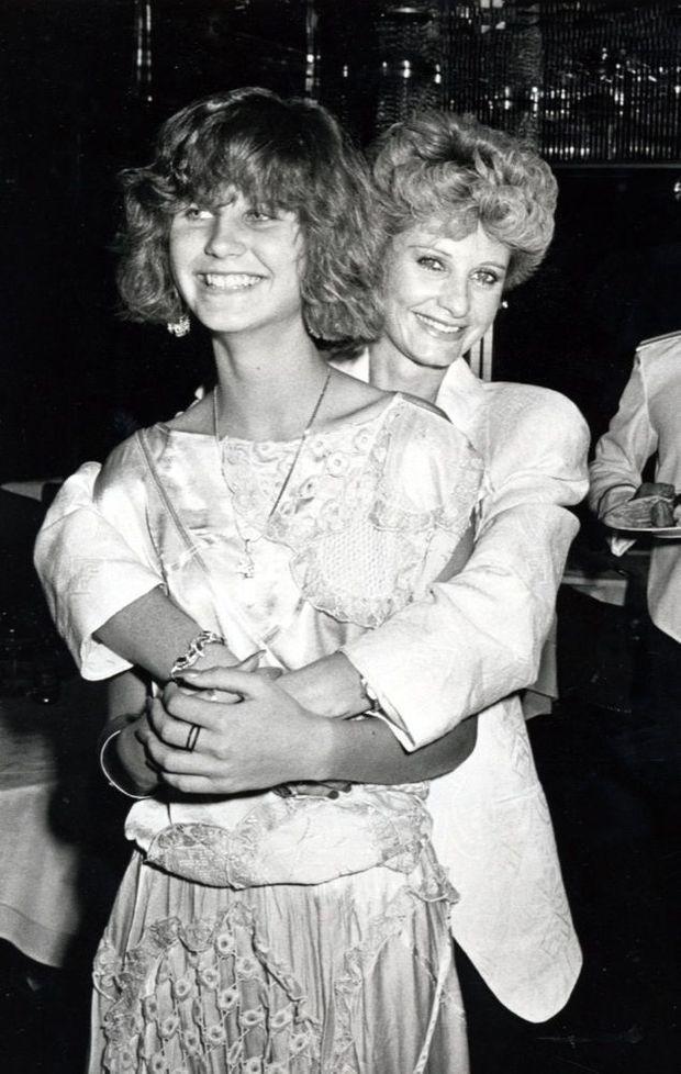 Jill Ireland, tenant dans ses bras Zuleika, la fille qu'elle a eue avec Charles Bronson, lors de la fête de fin de tournage du film « Le Justicier de New York », à New York en avril 1985.