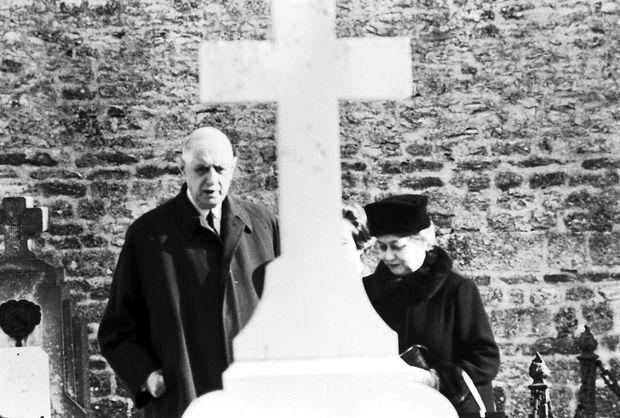 novembre 1969 : à la Toussaint, le général Charles De Gaulle et son épouse Yvonne viennent se recueillir sur la tombe de leur fille Anne