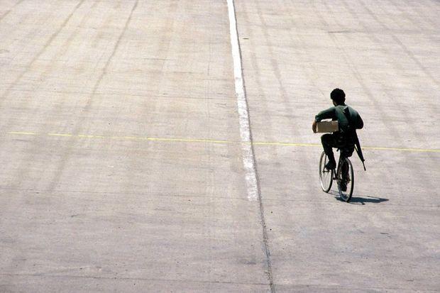 Un terroriste va chercher des provisions en vélo, lors de la prise d'otages du vol TWA 847, en juin 1985.