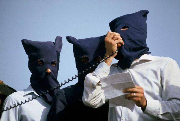 Les terroristes font part de leurs revendications, lors de la prise d'otages du vol TWA 847, en juin 1985.