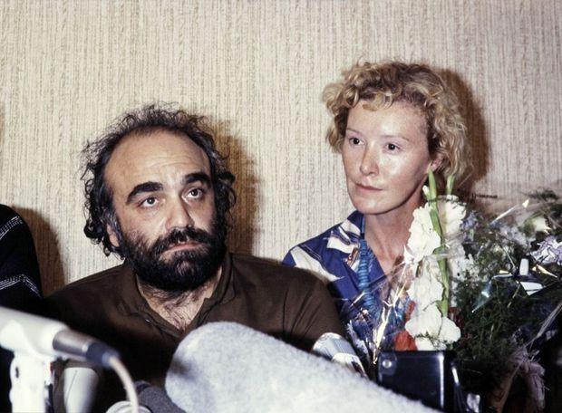 Demis Roussos et sa compagne Pamela Smith comptaient parmi les otages du vol TWA 847, en juillet 1985. Libérés après quatre jours, ils s'exprimaient devant la presse.