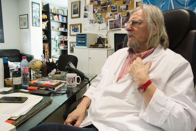 Didier Raoult, în vârstă de 68 de ani, în biroul său de director general al UI
