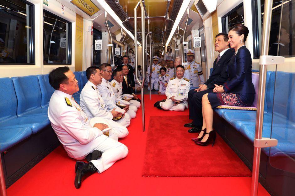 683,125 likes · 193,265 talking about this. La reine Suthida de Thaïlande aux côtés de son royal époux