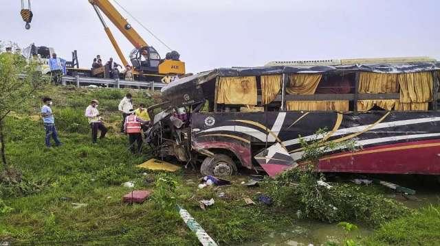 bus truck accident on eastern peripheral expressway एक्सप्रेस-वे पर रफ्तार का कहर! खड़े ट्रक में टकर- India TV Hindi