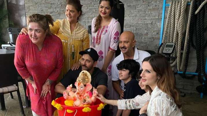 Hrithik Roshan, Sussanne and family bid goodbye to eco-friendly Lord Ganesha during Visarjan