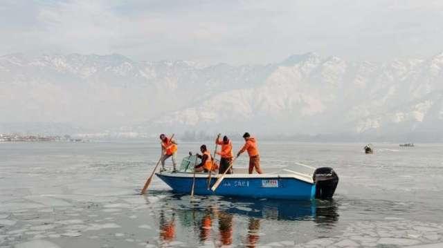 dal Lake frozen, frozen dal Lake, dal Lake, dal Lake srinagar, dal Lake kashmir, dal Lake photos, da