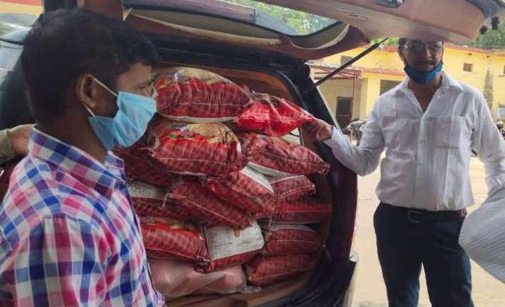 India Tv - Urvashi Rautela distributes ration among daily wage labourers in Kotdwar