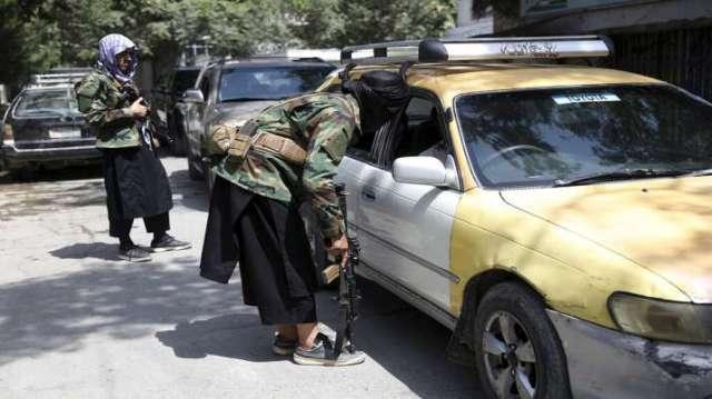 तालिबान लड़ाकों ने चेकपॉइंट पर एक वाहन की तलाशी ली