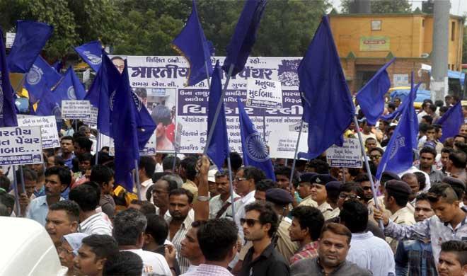 गुजरात में दलित प्रदर्शन हुए तेज़, एक पुलिसकर्मी की मौत, 10 घायल - India TV