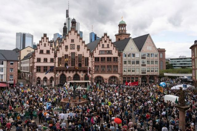 Miles de personas participan en una protesta contra el calentamiento global y el cambio climático en Frankfurt, Alemania, el viernes 24 de septiembre de 2021
