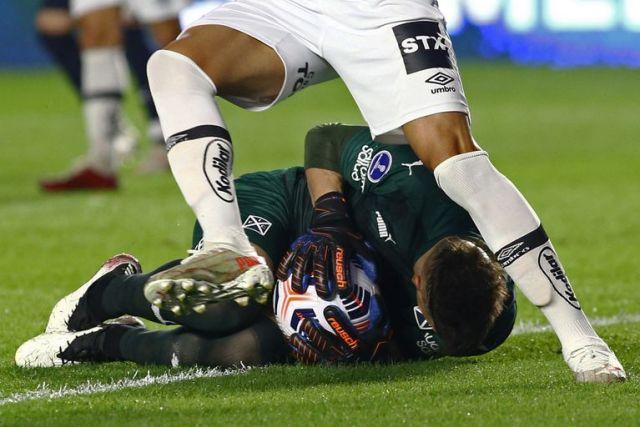 Sebastián Sosa salvó varias veces a Independiente (Photo by CARLA CARNIEL / POOL / AFP)