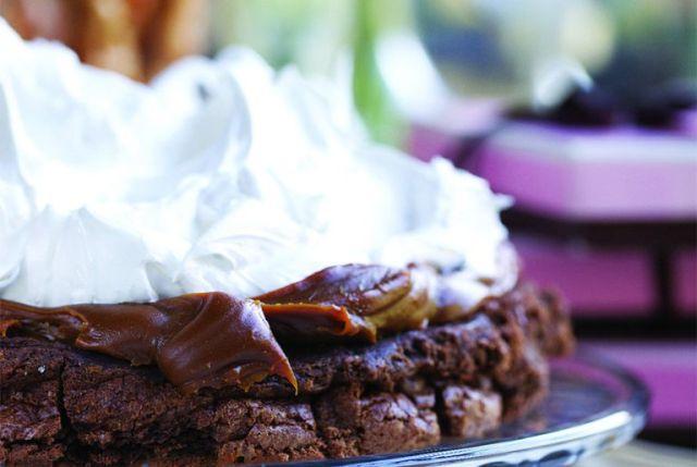Tentador marquise de chocolate con dulce de leche y merengue italiano