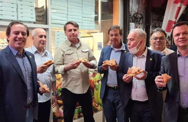 Por no estar vacunado, Jair Bolsonaro tuvo que comer pizza en la calle en Nueva York - LA NACION