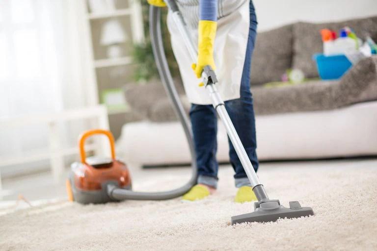 Una empleada doméstica realiza las tareas de limpieza en el comedor