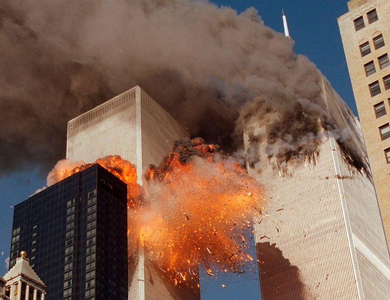El humo sale de una de las torres del World Trade Center y las llamas y los escombros explotan desde la segunda torre