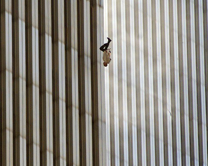 Una persona cae desde la torre norte del World Trade Center de Nueva York el martes 11 de septiembre de 2001 después de que terroristas estrellaran dos aviones secuestrados