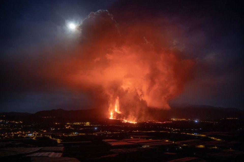 La lava fluye del volcán de La Palma, que se activó hace casi una semana por primera vez en 50 años