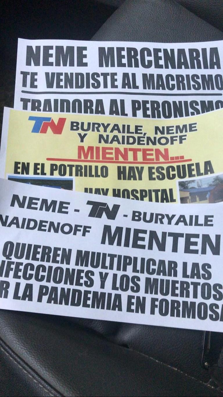 Distintos papeles con señalamientos a los referentes de la oposición formoseña aparecieron esta mañana desparramados en la capital de la provincia